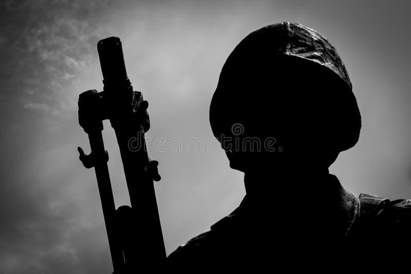 Kontur av en soldat för koreanskt krig royaltyfria bilder
