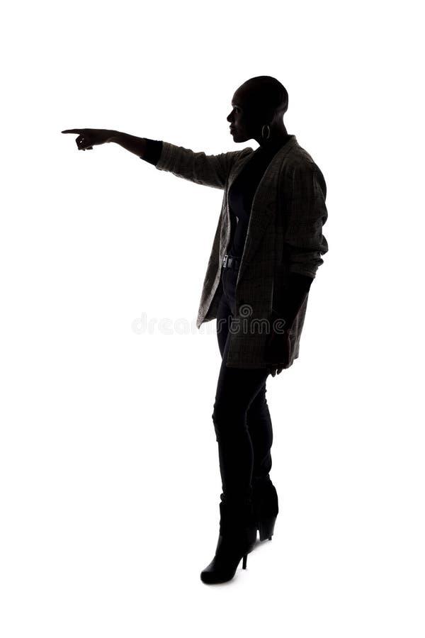 Kontur av en svart kvinnlig modell Pointing arkivfoto