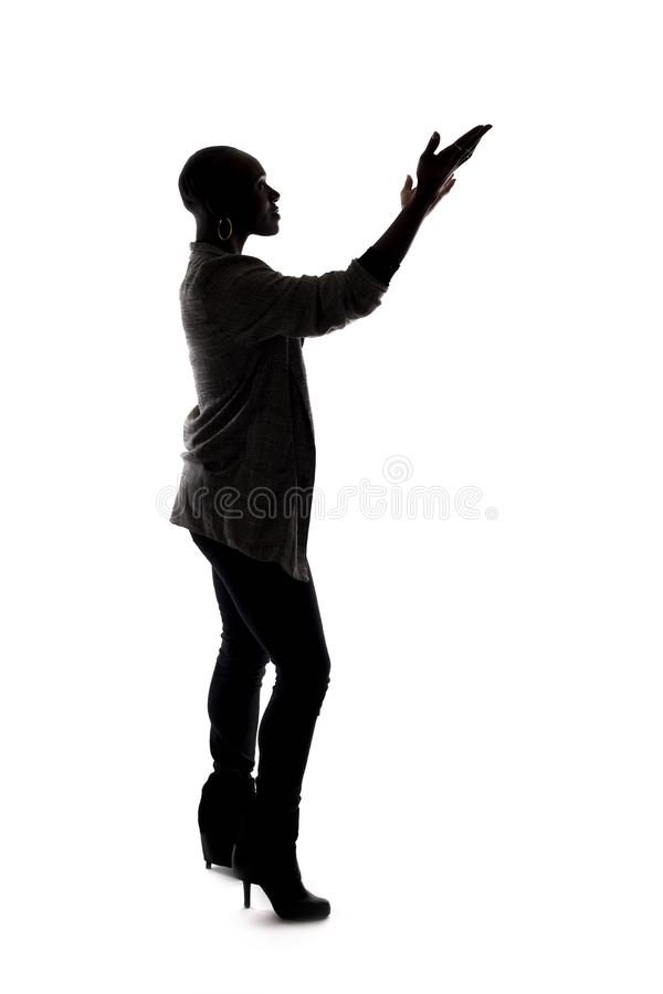 Kontur av en svart kvinnlig modell Speaking arkivbild