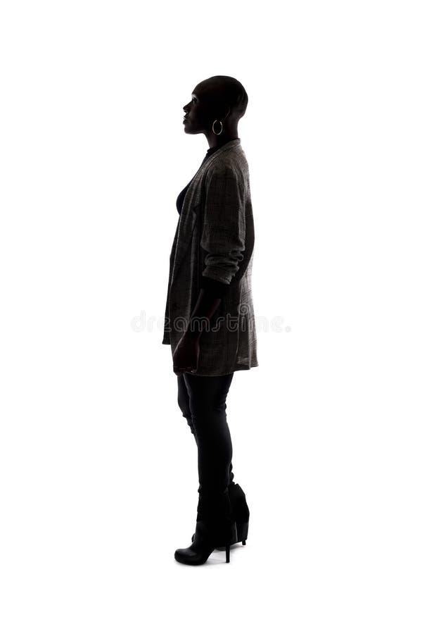 Kontur av en svart kvinnlig modell Standing arkivfoto