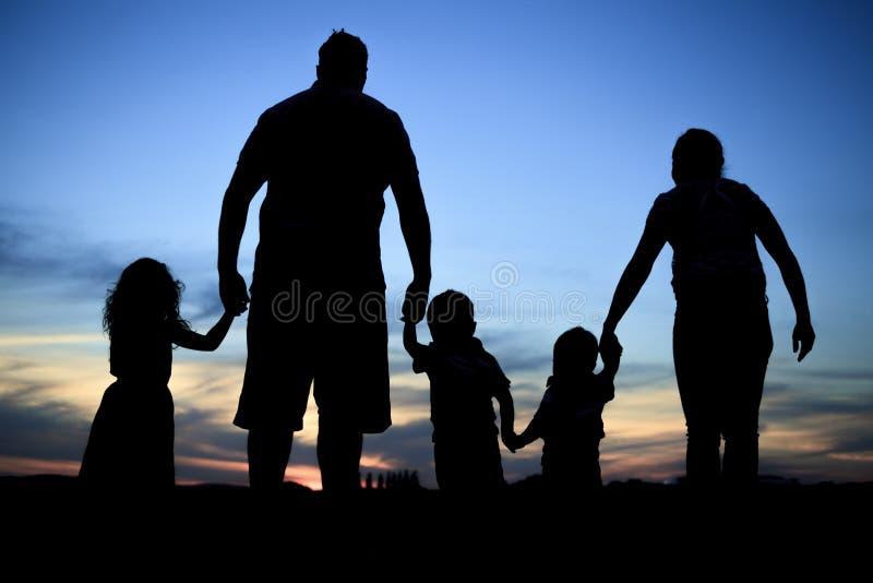 Kontur av en ung familj med några childs arkivfoto