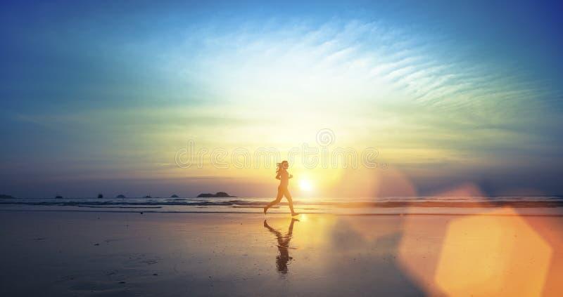 Kontur av en ung flickaspring längs stranden royaltyfri foto