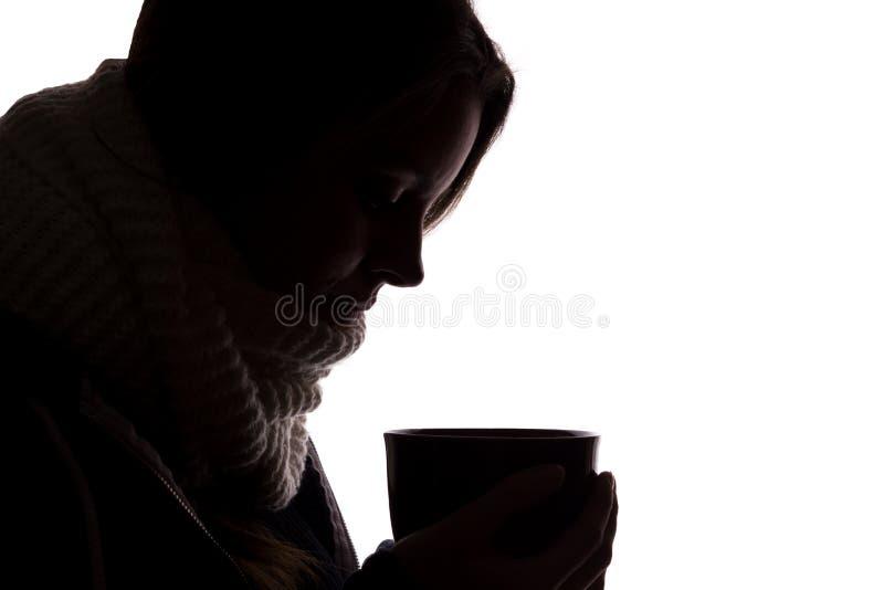 Kontur av en ung kvinna med en kopp royaltyfri bild