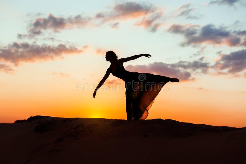 Kontur av en ung kvinna på solnedgången royaltyfria foton