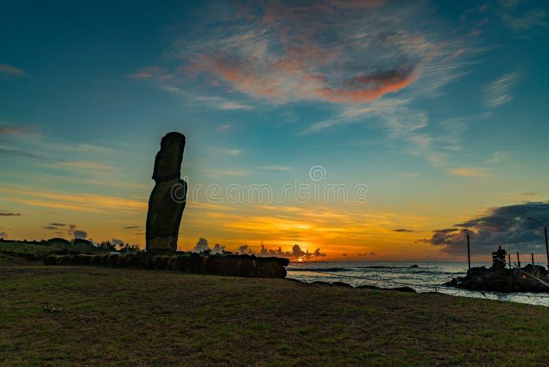 Kontur av enkla Moai på fiskaren Port i byn av Hanga Roa arkivbild