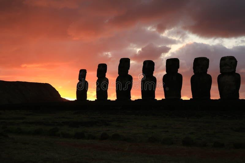 Kontur av enorma Moai statyer av Ahu Tongariki mot molnig himmel för härlig soluppgång, arkeologisk plats i påskön royaltyfri bild
