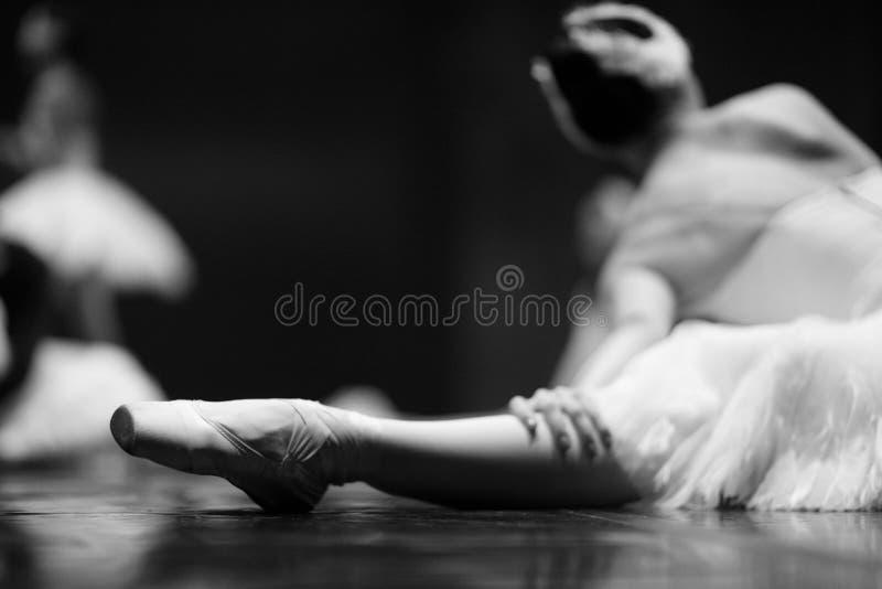 Kontur av ett ballerinasammanträde på etappen royaltyfria bilder