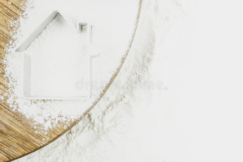Kontur av ett hus på mjöl för att baka royaltyfri foto