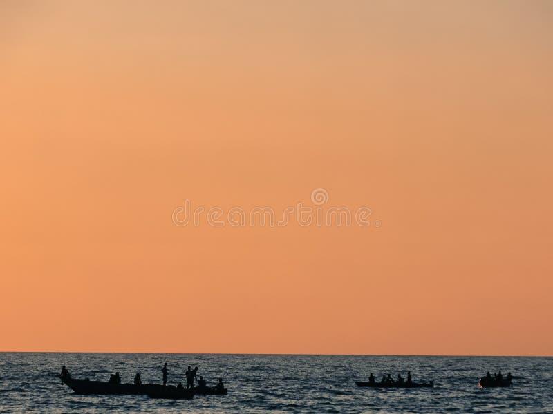 Kontur av fiskare på deras fartyg på sjön Tanganyika fotografering för bildbyråer