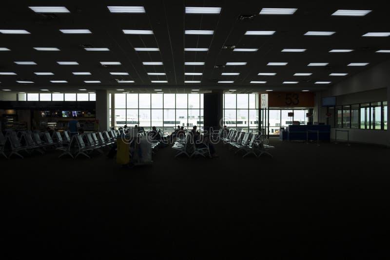 Kontur av flygplatsvardagsrummet Många av den väntande på resan för folk arkivfoto