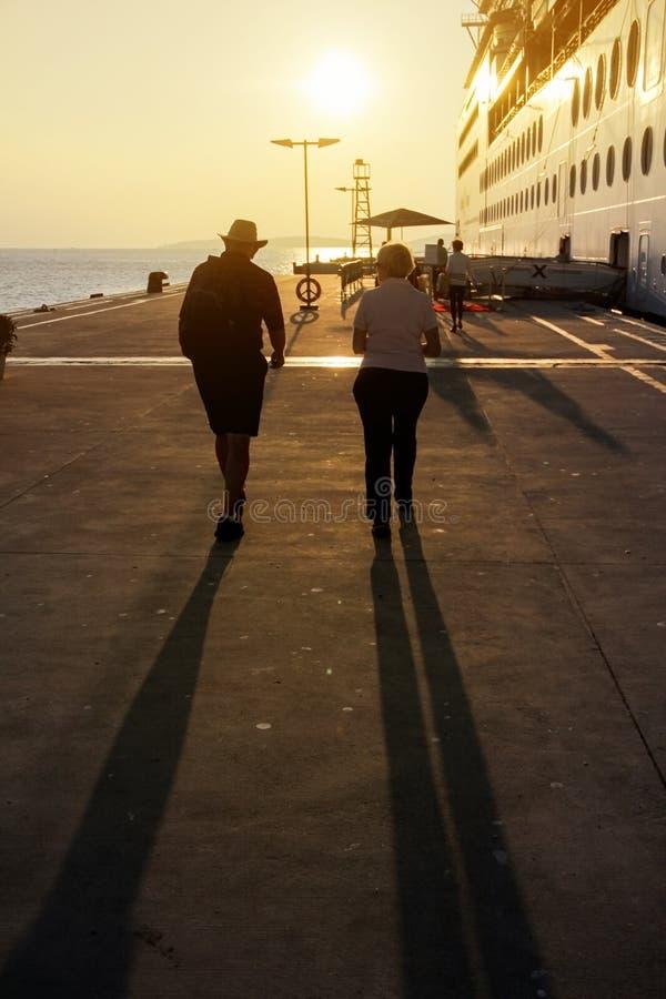 Kontur av folk som går i kryssningport jpg royaltyfri foto