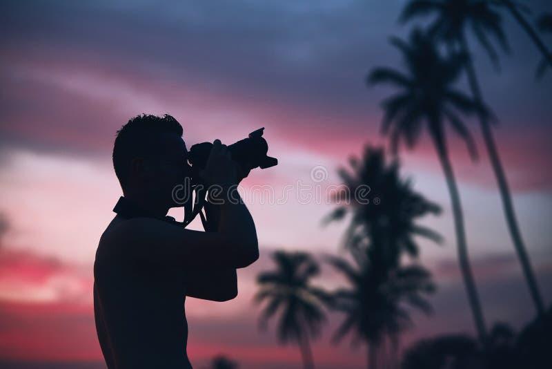 Kontur av fotografen på solnedgången royaltyfria foton