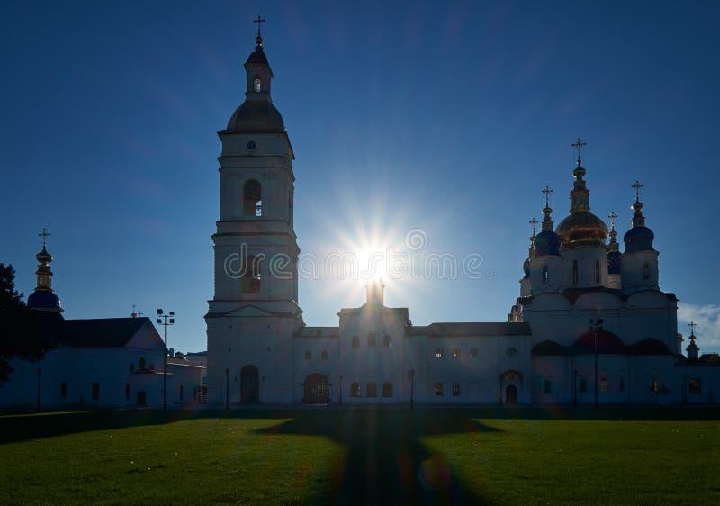 Kontur av helgonet Sophia Cathedral med klockstapeln i solbacklightingen kremlin tobolsk Ryssland royaltyfria bilder