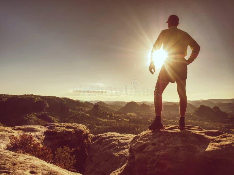 Kontur av idrottsman nenlöparen på utrymme för solnedgångbakgrundskopia arkivbild