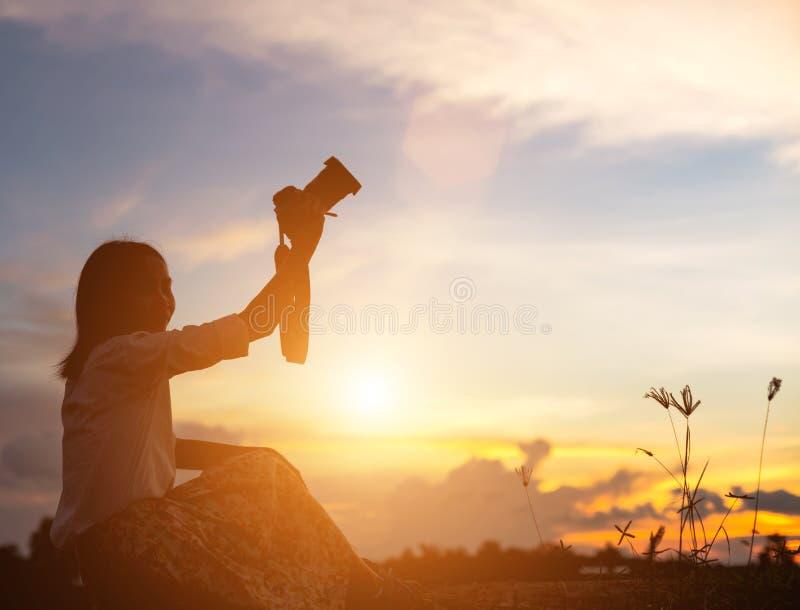 Kontur av kvinnan som ber ?ver h?rlig himmelbakgrund royaltyfri foto