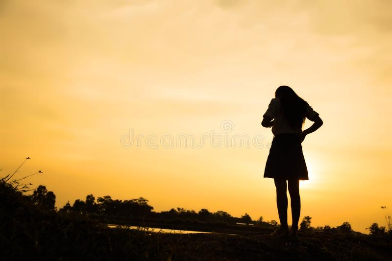 Kontur av kvinnan som ber ?ver h?rlig himmelbakgrund royaltyfria foton