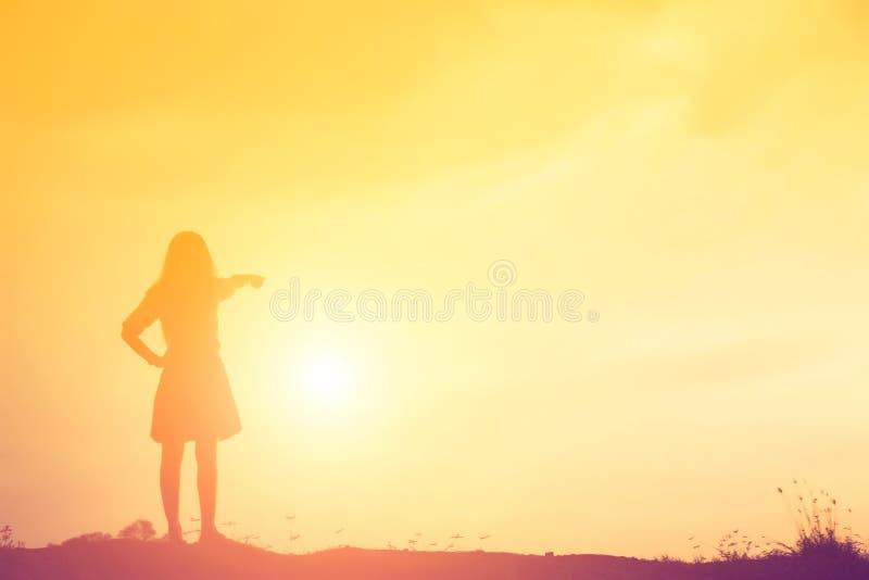 Kontur av kvinnan som ber ?ver h?rlig himmelbakgrund royaltyfri fotografi