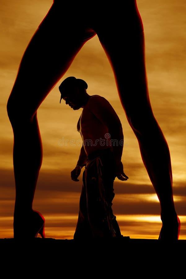 Kontur av kvinnas ben med cowboyen in - mellan att se ner royaltyfria bilder