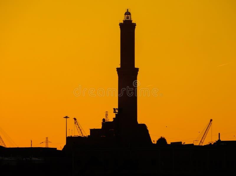 Kontur av Lanterna lighhouse av staden av Genoa Genova, symbolet av staden, i porten på solnedgången italy royaltyfri fotografi