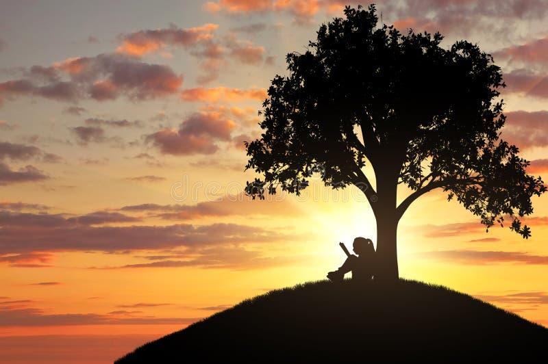 Kontur av lite flickan som läser en bok under ett träd royaltyfri foto