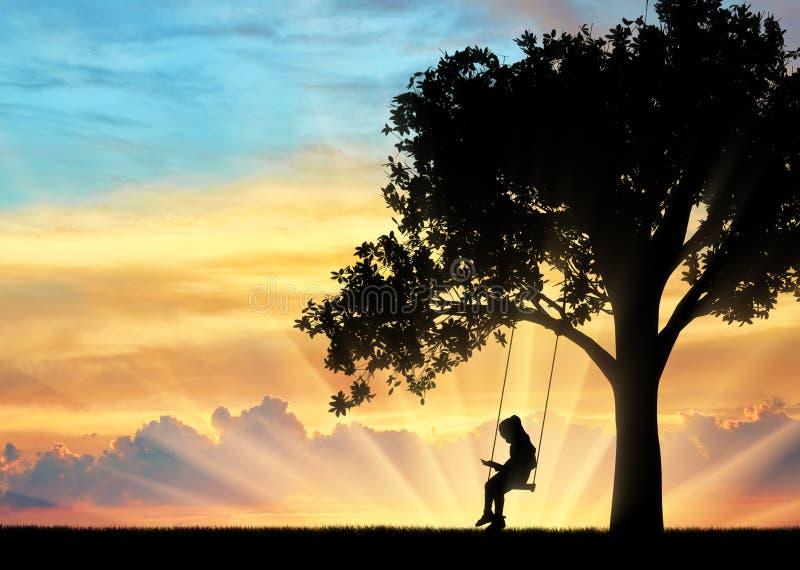 Kontur av liten flickaläseboksammanträde på gunga arkivfoto