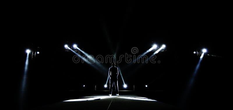 Kontur av manlig surround med ljus, mörk låg exponering, conce royaltyfri fotografi