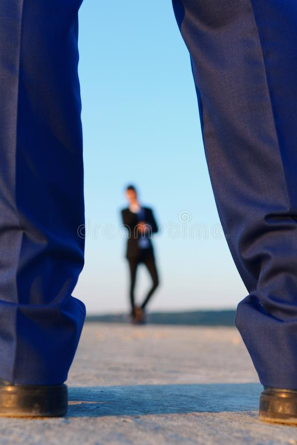 Kontur av mannen i formell dräkt på blå bakgrund som är defocused royaltyfri bild