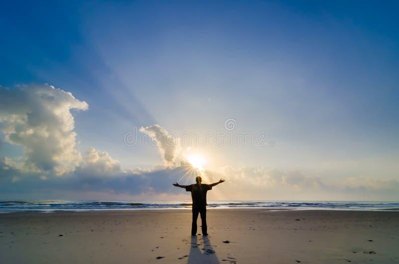 Kontur av mannen när soluppgång arkivbilder