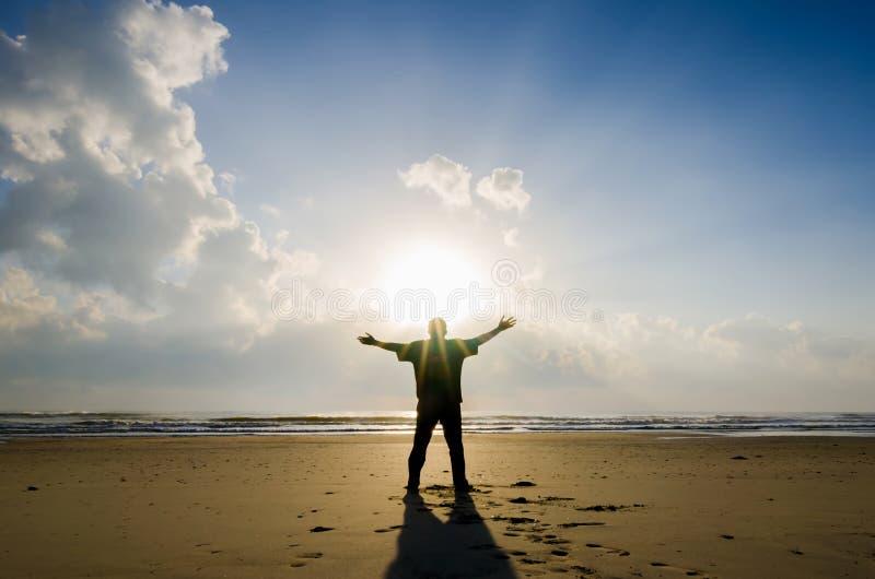 Kontur av mannen när soluppgång royaltyfria foton