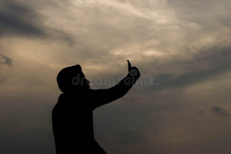Kontur av mannen som tar fotoet på smartphonen royaltyfri foto