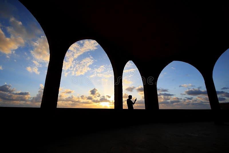Kontur av mannen som tar Selfie fotografering för bildbyråer
