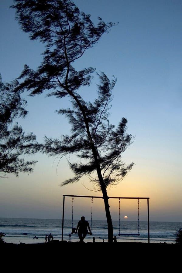 Kontur av mansammanträde, Shiroda strand arkivfoto