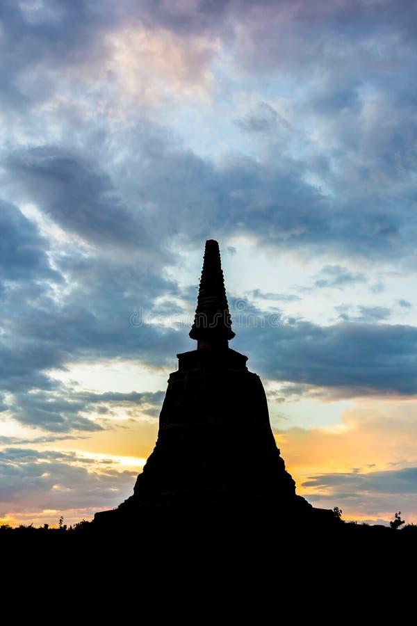 kontur av pagoden i Ayutthaya med färgrik himmel royaltyfria foton