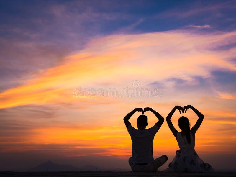 Kontur av par på solnedgången royaltyfri bild