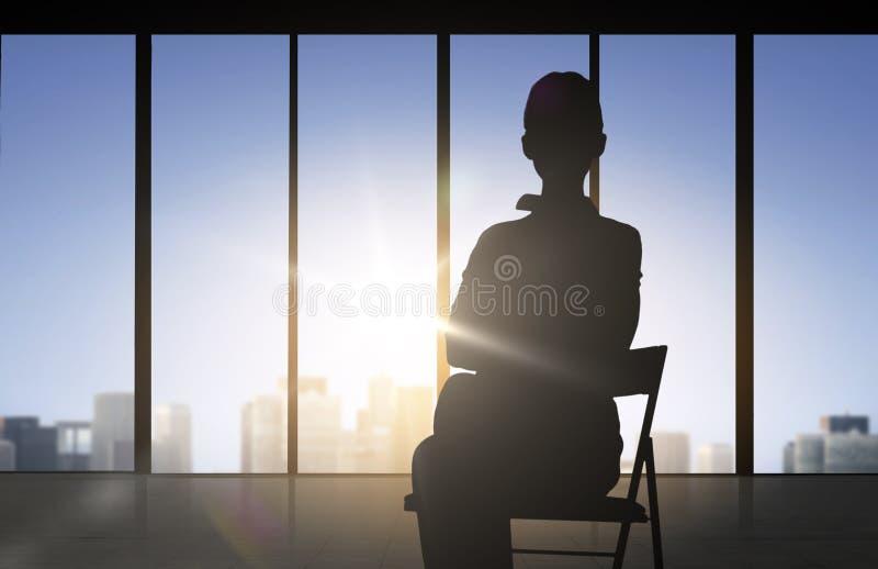 Kontur av sammanträde för affärskvinna på stol royaltyfri illustrationer