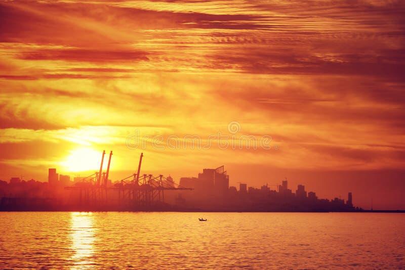 Kontur av staden i solnedgångljus arkivbild