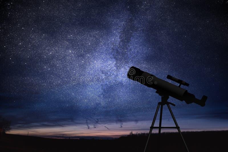 Kontur av teleskopet och himmel för stjärnklar natt i bakgrund Astronomi och stjärnor observera arkivbild