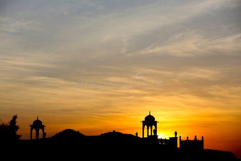Kontur av templet med solen arkivbild
