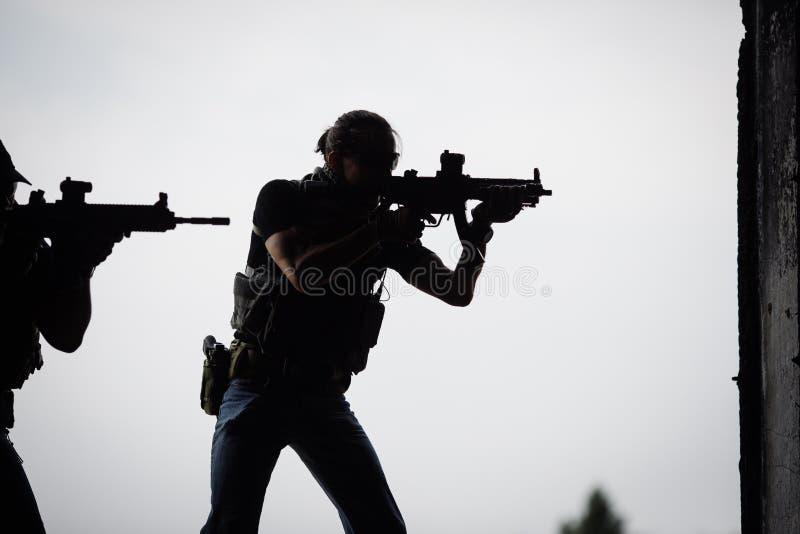 Kontur av terroristen med anfallgeväret royaltyfri bild