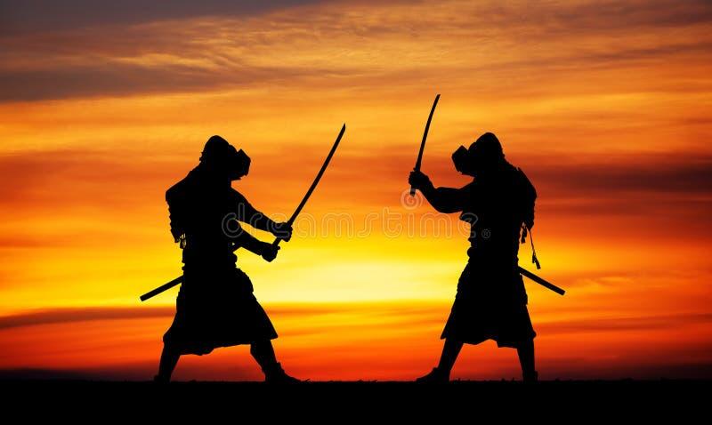 Kontur av två samurais i duell royaltyfri fotografi