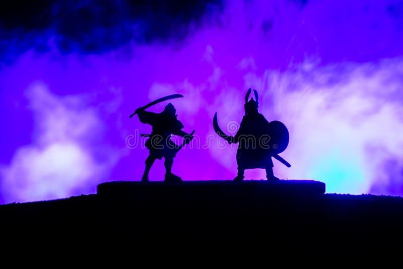 Kontur av två samurais i duell Bild med två samurais och solnedgånghimmel royaltyfria foton