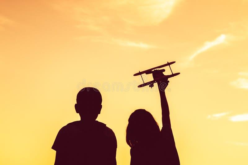 Kontur drömmen av en flicka som önskar att flyga i himlen arkivbilder