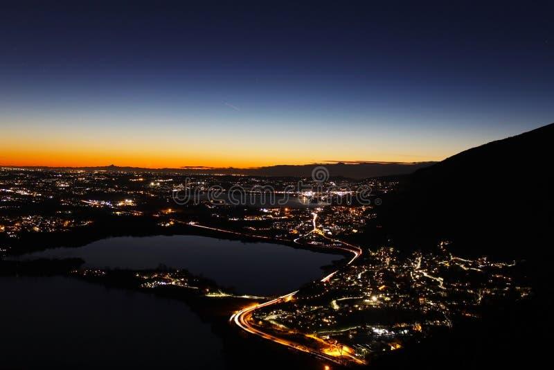 Kontur för ljus förorening och bergpå solnedgången över nordliga Lombardy arkivfoton