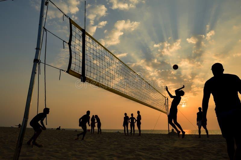 Kontur för strandvolleyboll på solnedgången som är suddig arkivfoton