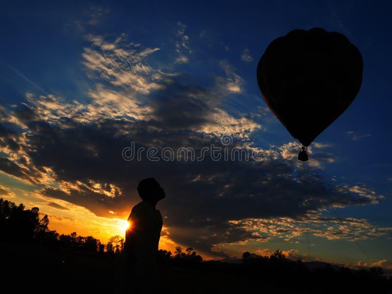 Kontur i solnedgång royaltyfri bild