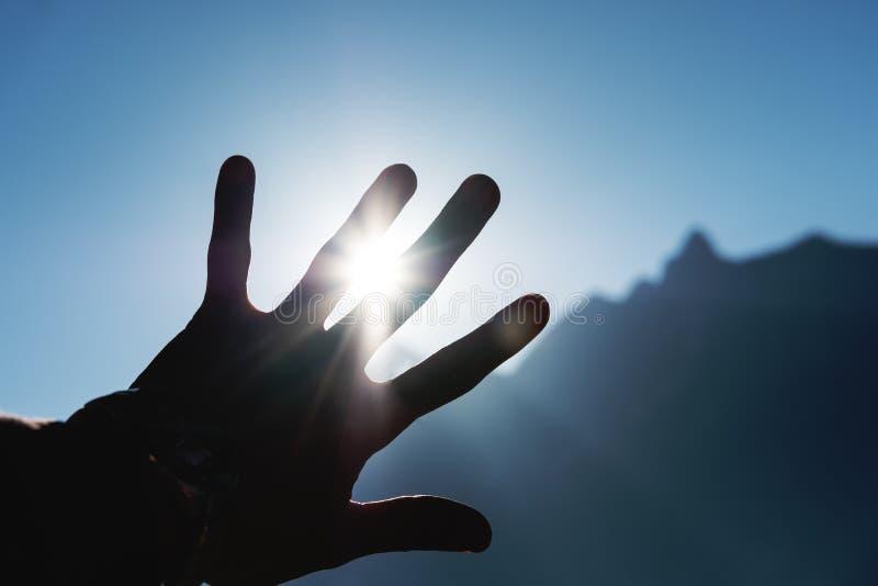 Kontur som upp till når himlen mot ljust solljus med strålar royaltyfria bilder