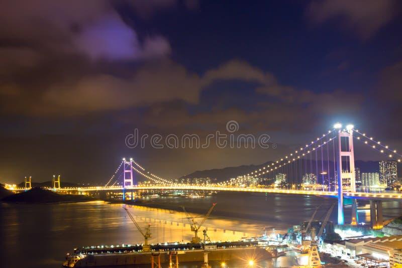 Kontur Tsing Ma Bridge på Hong Kong, Kina på solnedgången royaltyfria foton