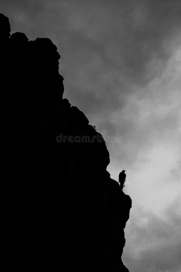 Kontur z skałą - czarny i biały fotografia stock