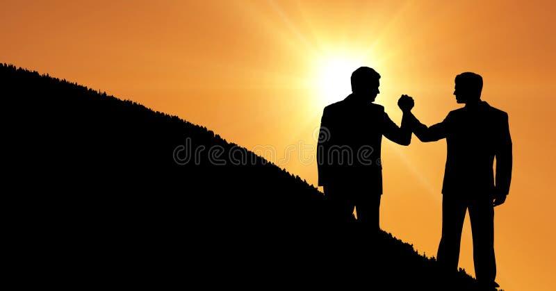 Konturaffärskollegor som rymmer händer på berget under solnedgång royaltyfria bilder