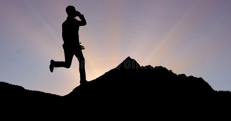 Konturaffärsman som använder telefonen, medan köra på berget mot himmel arkivfoton